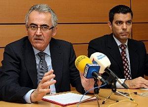 Alfonso Navarro y Marcos Ros, ayer, en el Ayuntamiento. :: E.BOTELLA